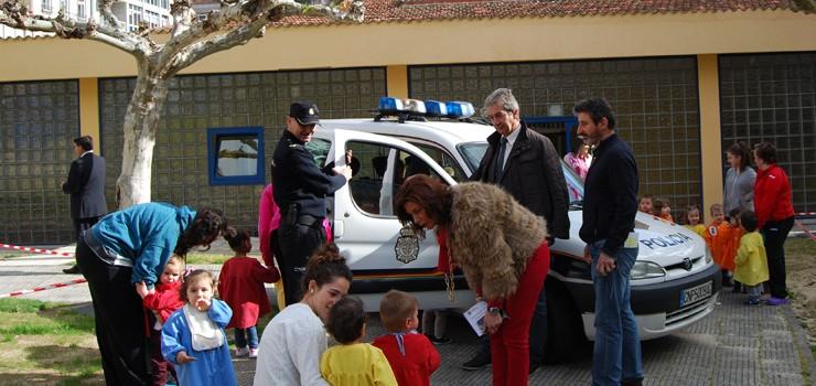 A Escola Infantil «Antela» recibe a visita da Policía