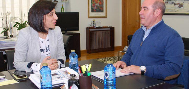 Ángeles Vázquez recibe ao alcalde de Laza para tratar a concentración parcelaria