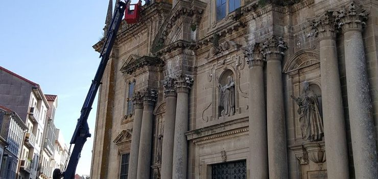 Eliminada a maleza da fachada da Igrexa de Celanova