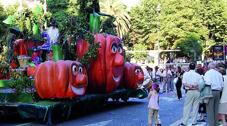 Oito carrozas devolven a Batalla de Flores ás rúas de Ourense