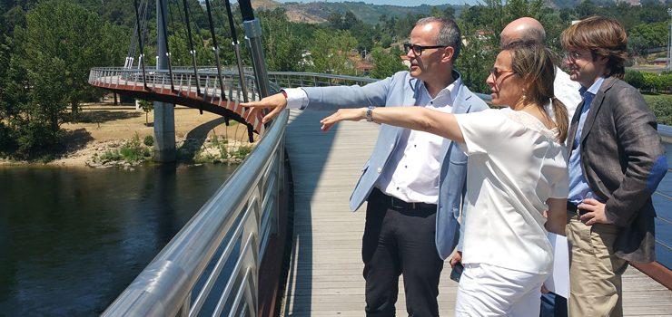 Concello e Xunta dotarán de iluminación á pasarela de Oira