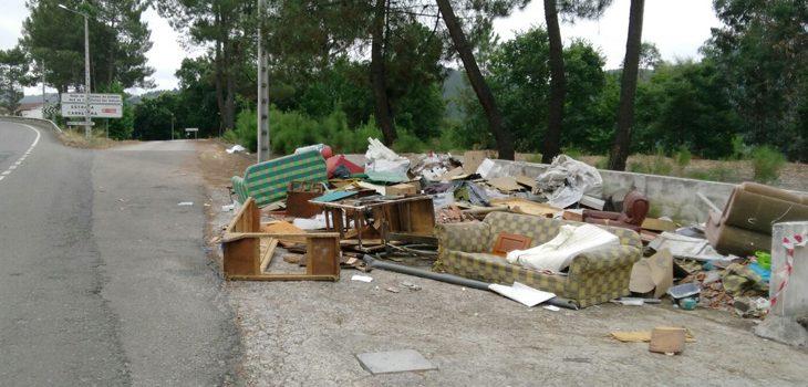 Identificadas dúas persoas por verter lixo nas inmediacións do Pazo de Ramirás