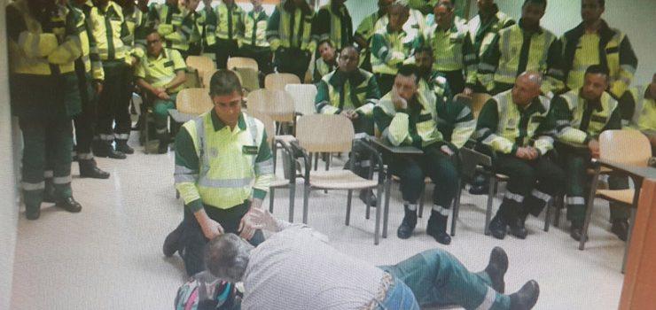 Un médico instruye a miembros de la Guardia Civil