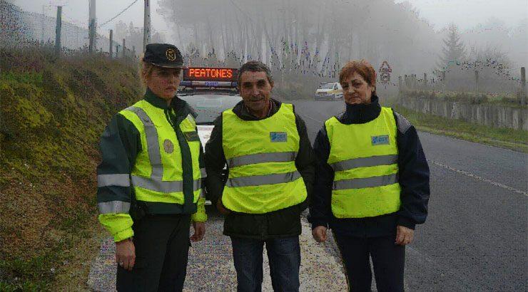 DGT y Guardia Civil de Tráfico reparten chalecos a peatones