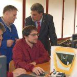Alfonso Marnotes con alumnos dun dos cursos para desempregados do CIFP Santa María de Europa./M.REJO.