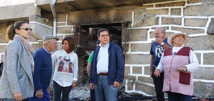 A delegada da Xunta visita as zonas afectadas polos lumes