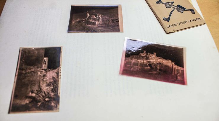 A Biblioteca de Verín recibe unha doazón anónima de 571 negativos fotográficos antigos