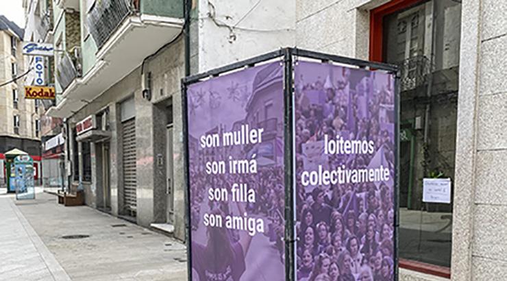 Paneis con mensaxes feministas para reivindicar o 8M en Verín